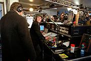 Premier Jan Peter Balkenende doet de deur dicht van het glazen huis op de Neude in Utrecht. Daarmee sluit hij de dj's Giel Beelen, Gerard Ekdom en Sander Lantinga voor zes dagen op. <br /> <br /> In het kader van de actie Serious Request van radiostation 3FM eten zij tot kerstavond niet, en maken de dj's 24 uur per dag live radio. Hiermee willen zij zo veel mogelijk geld inzamelen voor de slachtoffers van landmijnen. Luisteraars kunnen tegen betaling verzoeknummers aanvragen. <br /> <br /> Op de foto:<br />  Joep van Deudekom en Giel Beelen