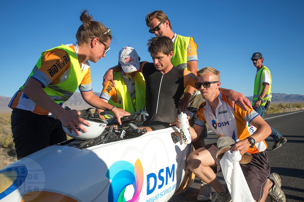 Jan Bos wordt uit de VeloX2 geholpen. In de buurt van Battle Mountain, Nevada, strijden van 10 tot en met 15 september 2012 verschillende teams om het wereldrecord fietsen tijdens de World Human Powered Speed Challenge. Het huidige record is 133 km/h.<br /> <br /> Jan Bos gets out of the VeloX2. The fourth day of the WHPSC. Near Battle Mountain, Nevada, several teams are trying to set a new world record cycling at the World Human Powered Vehicle Speed Challenge from Sept. 10th till Sept. 15th. The current record is 133 km/h.