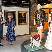 NLD/Soesterberg/20180424 - Koning opent tentoonstelling 'Willem',  Koning Willem Alexander krijgt uitleg van de mevrouw Isabelle de Borchgrave maker van de poppen