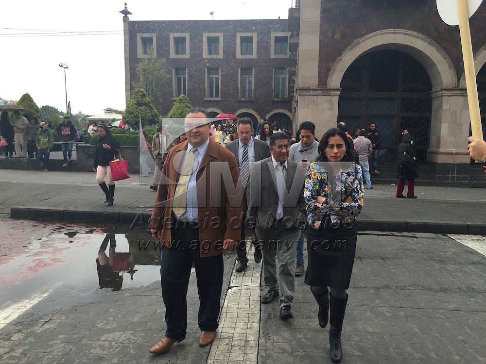 Toluca, Méx.- Edificios públicos y comercios fueron desalojados después de activarse la alarma de sismo, no se registró ningún incidente. Agencia MVT / Crisanta Espinosa