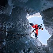 Einstieg in den Gletschers Plane Morte im Kanton Wallis. Ein Kletterer seilt sich in den Gletscher ab.