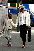 Alain Clark met zijn zoon Nilo en gitaar op straat in Hilversum