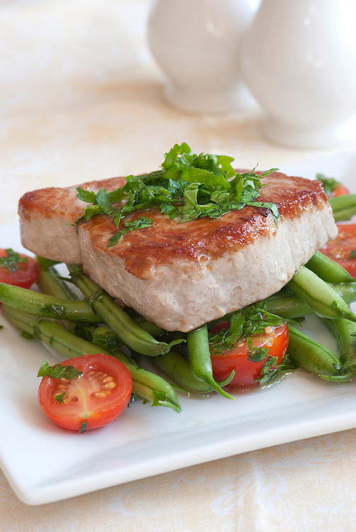 Char-grilled tuna with green beans and cherry tomatoes
