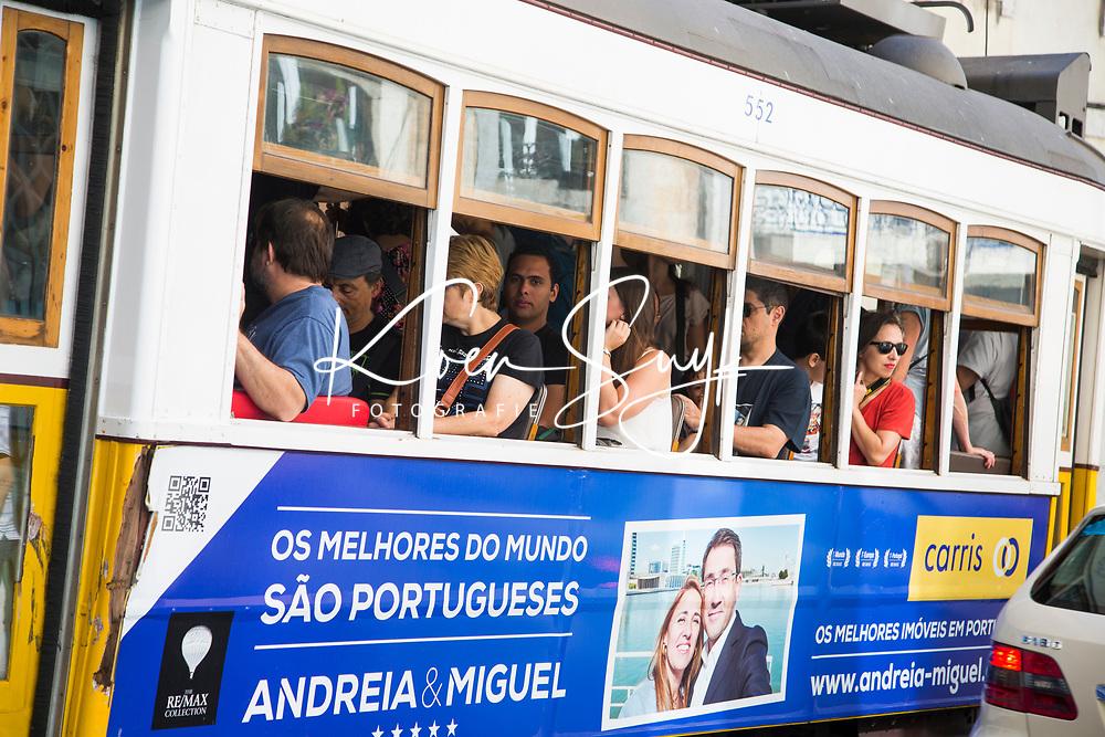 LISSABON (Stad)-Portugal - Tram in de straten van Lissabon. COPYRIGHT KOEN SUYK