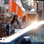 Irene van Laar arm in arm winkelend met vriend Henk Keilman en kinderen, India