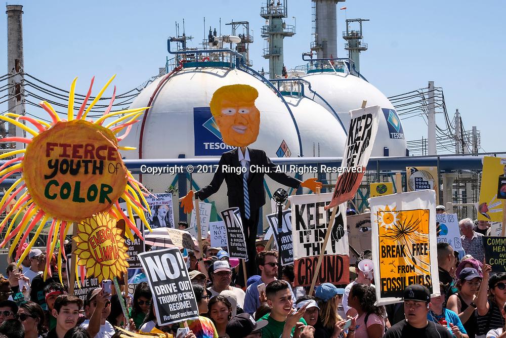 4月29日,美国加利福尼亚州洛杉矶,大批群众参与「人民气候游行」。当天,美国多个城巿有民众趁总统特朗普就任一百日上街游行,反对特朗普对气候变化的态度。新华社发 (赵汉荣摄)<br /> People participates in a climate change awareness march and rally, in Los Angeles, the United States, Saturday, April 29, 2017. The gathering was among many others of its kind held nationwide marking President Donald Trump's 100th day in office. (Xinhua/Zhao Hanrong)(Photo by Ringo Chiu/PHOTOFORMULA.com)<br /> <br /> Usage Notes: This content is intended for editorial use only. For other uses, additional clearances may be required.