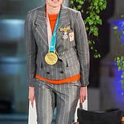 NLD/Den Haag/20180323 - Huldiging Olympische en Paralympische medaillewinnaars, Bruno Bruins, minister voor medische zorg en sport reikt de onderscheidingen uit aan Carlijn Achtereekte