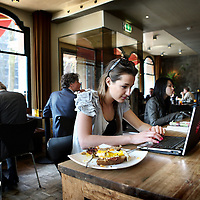 Nederland, Amsterdam , 13 april 2010..interneten via wifi verbinding in lunchroom cafe P-King op de hoek van Herengracht en Vijzelstraat..Foto:Jean-Pierre Jans