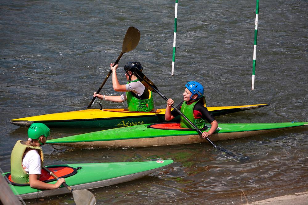 Młodzi chłopcy podczas treningu na Dunajcu w Szczawnicy.