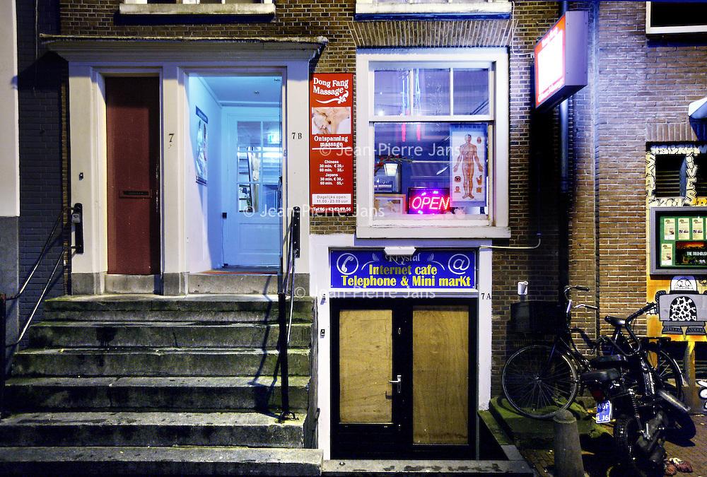 Nederland, Amsterdam , 4 november 2010..Chinese massagesalon Dong Fang in de Voetboogstraat..Het blijkt dat een aantal van deze massagesalons verkapte bordelen zijn met z.g. Happy endings..A number of Chinese massage parlors are disguised brothels with his so-called Happy Endings.