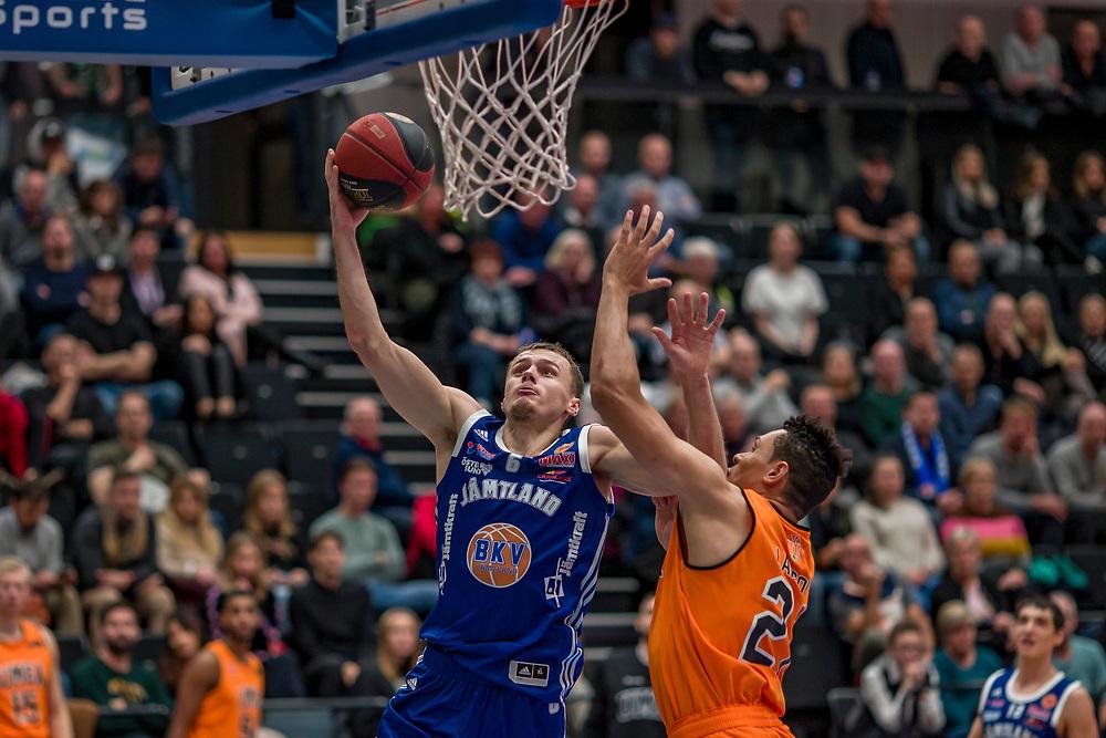 ÖSTERSUND 20191031<br /> Jämtlands Jaan Puidet  under torsdagens match i basketligan mellan Jämtland Basket och Umeå BBK i Östersunds Sporthall.<br /> <br /> Foto: Per Danielsson/Projekt.P