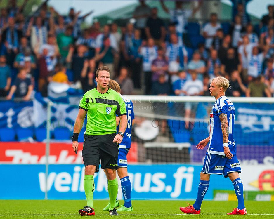 Erotuomari Petri Viljanen Veikkausliigan ottelussa HJK-FC Lahti. Sonera Stadium, Helsinki, Suomi. 12.8.2015.