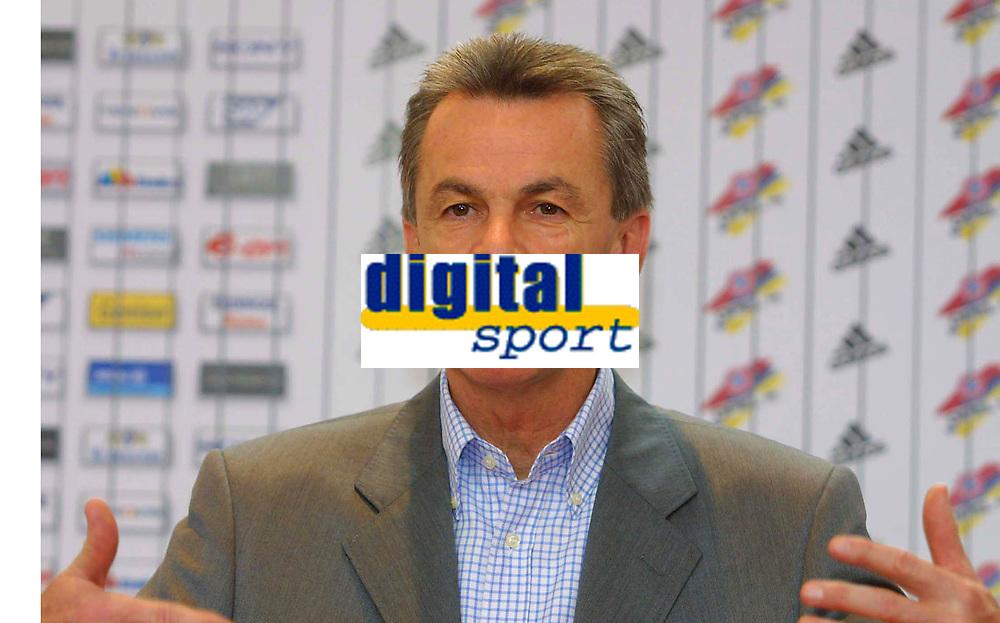 Fotball: 29.11.2001 Munchen, Deutschland,<br />Trainer Ottmar Hitzfeld am Donnerstag (29.11.2001) bei Pressekonferenz des FC Bayern Munchen.<br /><br />Foto: Jan Pitman, Digitalsport