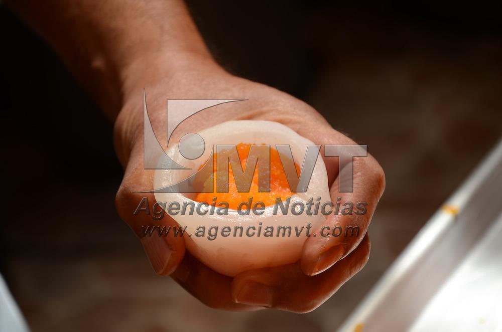 Toluca, México.- Jorge Sánchez Casas, médico de profesión, sin embargo, en ésta temporada de día de muertos se transforma en productor y artesano  de dulces típicos de la región como son los limones rellenos de coco, dulce de coco, calabaza, higo entre otros. Agencia MVT / Arturo Hernández.