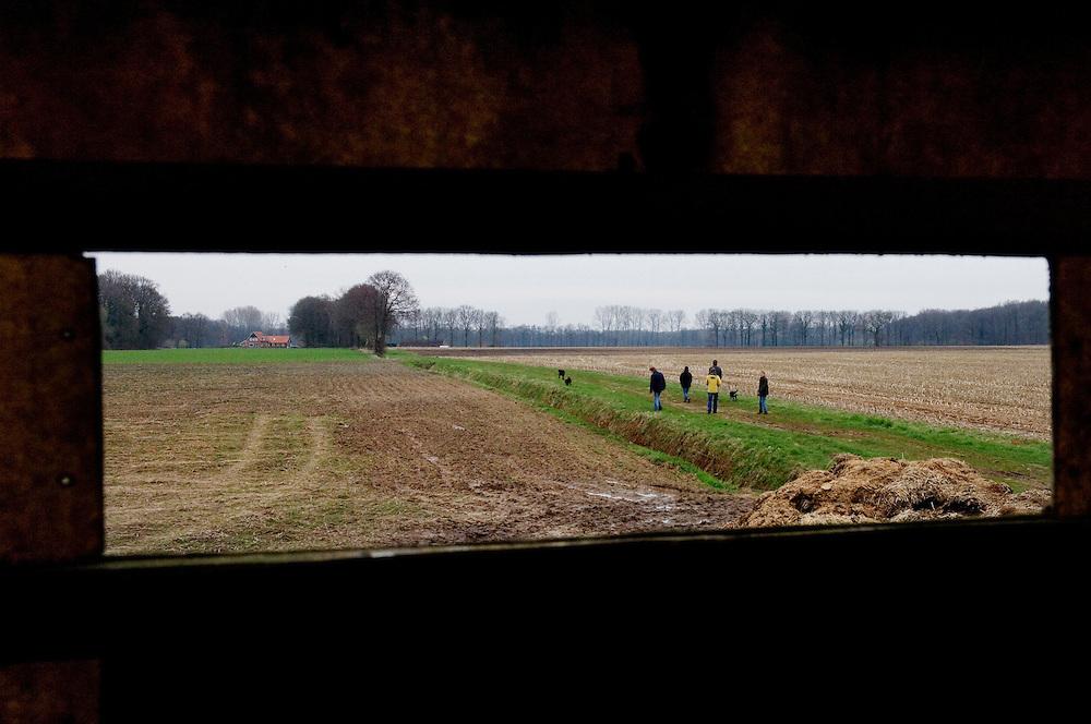 Nederland, Winterswijk, 17 april  2006. .Landschap met wandelaars, gezien vanuit een jachthut...Foto (c) Michiel Wijnbergh
