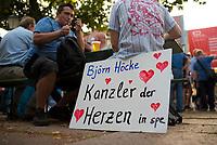 DEU, Deutschland, Germany, Königs Wusterhausen, 30.08.2019: Wahlkampfveranstaltung der Partei Alternative für Deutschland (AfD). AfD-Parteianhänger mit einem Plakat - Björn Höcke, Kanzler der Herzen in spe.