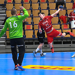 Ludwigshafens Jannek Klein (Nr.77) gegen BHCs Tomas Mrkva (Nr.16)  beim Spiel in der Handball Bundesliga, Die Eulen Ludwigshafen - Bergischer HC.<br /> <br /> Foto © PIX-Sportfotos *** Foto ist honorarpflichtig! *** Auf Anfrage in hoeherer Qualitaet/Aufloesung. Belegexemplar erbeten. Veroeffentlichung ausschliesslich fuer journalistisch-publizistische Zwecke. For editorial use only.