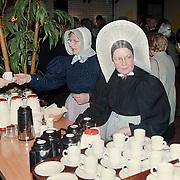Nieuwjaarsrecptie gemeente Huizen 2000, vrouwen in Huizer klederdracht aan de koffie