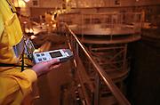 Temelin/Tschechische Republik, Tschechien, CZE, 25.06.2004: Ein Mitarbeiter des Atomkraftwerks Temelin beim durchführen von Kontrollmessungen im Reaktorraum 2 des Atomkraftwerks. Der Reaktor 2 war zu dieser Zeit heruntergefahren. Im Hintergrund die Reaktorgrube im Reaktorgebäude 2. Das Kernkraftwerk steht 24 Km von der Stadt Ceske Budejovice entfernt. <br /> <br /> Temelin/Czech Republic, CZE, 25.06.2004: Worker doing a control survey in the dry well 2 of the  Nuclear Power Station Temelin. Reactor 2 was at this time shut down. The Nuclear Power Plant Temelin is located, approximately 24 km from the town of Ceske Budejovice.
