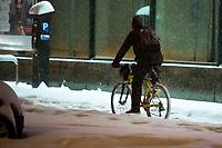 Bialystok, 16.01.2021. Gwaltowny atak zimy, w ciagu paru godzin przybylo kilkanascie centymetrow sniegu N/z rowerzysta fot Michal Kosc / AGENCJA WSCHOD