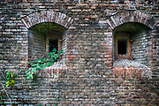 Nederland, Nijmegen, Oosterhout, 10-12-2020 Voormalig fort beneden lent wordt bewoond door anti kraak. Het fort wordt ook wel nieuw Knodsenburg genoemd. Het is in 1862 gebouwd ter verdediging van de stad Nijmegen en fungeerde later ter bescherming van de spoorbrug over de Waal. Staatsbosbeheer heeft de krakers doen vertrekken en wil de gebouwen zelf gaan gebruiken. Foto: ANP/ Hollandse Hoogte/ Flip Franssen