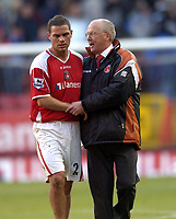 Photo: Olly Greenwood.<br />Charlton Athletic v Everton. The Barclays Premiership. 25/11/2006. Charlton manager Les Reed talks to Luke Young after the game