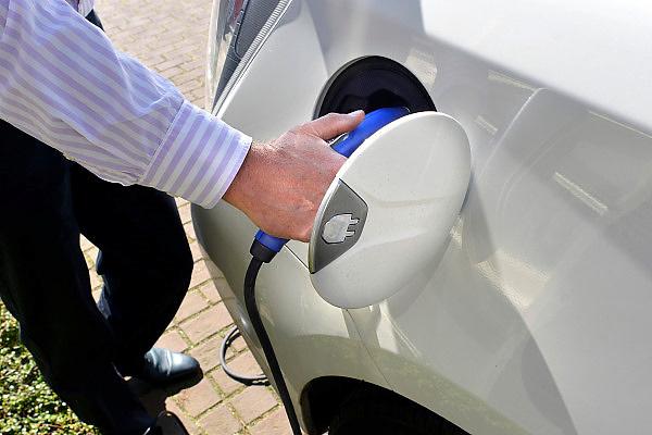 Nederland, Ottersum, 20-4-2014Een elektrische auto wordt aan het stroomnet gezet om op te laden. Foto: Flip Franssen/Hollandse Hoogte