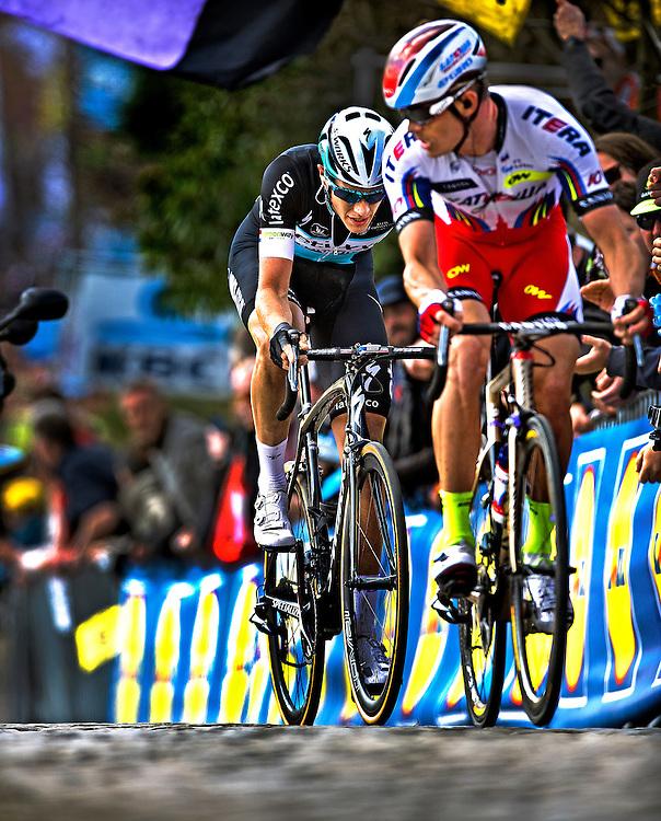 Belgie, Paterberg, 05-04-2015.<br /> Wielrennen, Mannen Elite.<br /> Ronde van Vlaanderen.<br /> Alexander Kristoff straalt macht uit als hij op de Paterberg om kijkt naar Niki Terpstra en ziet dat die nog net kan aanklampen. Kristoff zal de eindsprint gemakkelijk winnen van Terpstra en deze editie van de Ronde winnen. Terpstra wordt voor de 4e maal dit nog prille seizoen 2e.<br /> Foto : Klaas Jan van der Weij