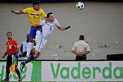 Robin Van Persie disputa bola com Thiago Silva durante o jogo amistoso entre as seleções de Brasil e Hoalnda no estádio Arena da Baixada, em Goiânia, Brasil, em 04 de junho de 2011. FOTO: Jefferson Bernardes/Preview.com