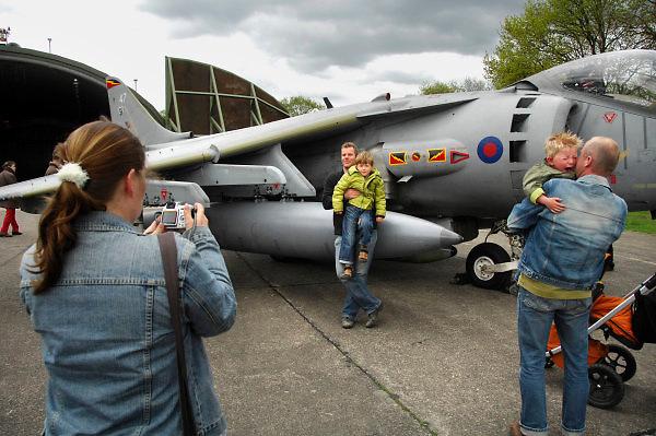 Duitsland, Weeze, 1-5-2008..Luchthaven Niederrhein (Weeze airport), vlak over de grens bij Nijmegen,  bestaat 5 jaar. Deze voormalige Britse luchtmachtbasis is een tot een succesvol leven als burgervliegveld..getransformeerd. Ryanair vliegt op verschillende bestemmingen. t.g.v. hiervan werden gisteren en vandaag een vliegshow gegeven. Ook konden mensen een deel van de vroegere basis bekijken...Op de fotomaakt een moeder een foto van haar  man en kind bij een Harrier, een gevechtsvliegtuig dat verticaal kan opstijgen...Foto: Flip Franssen/Hollandse Hoogte