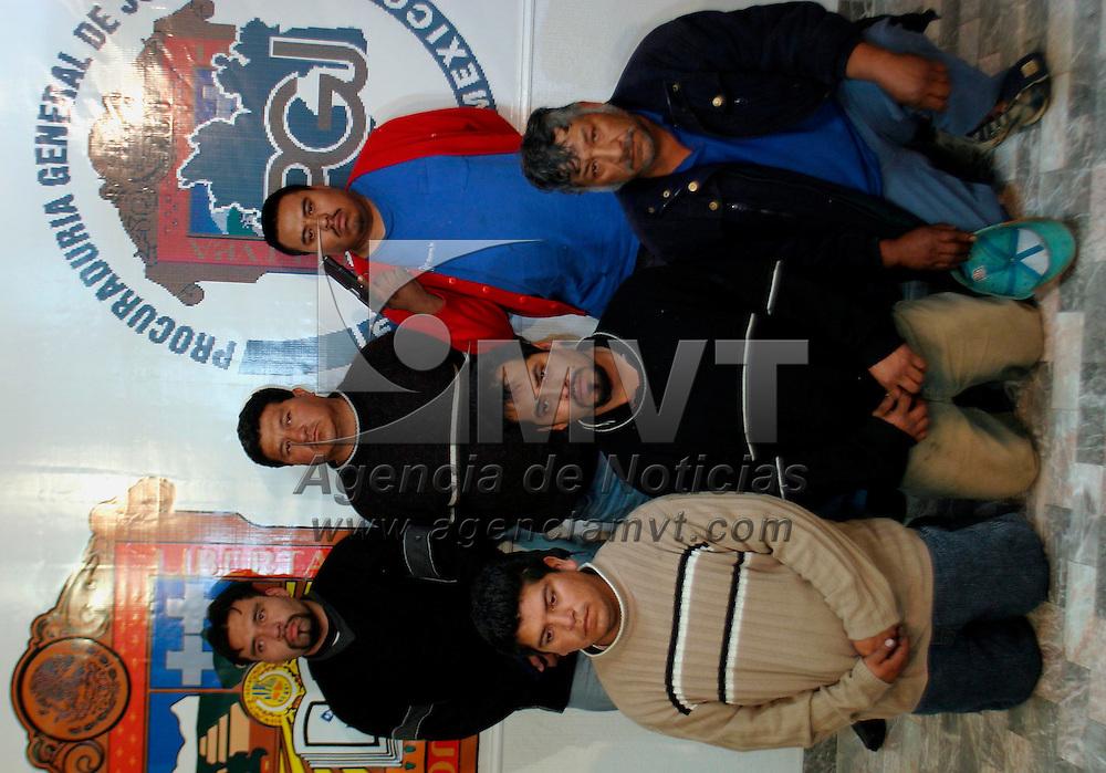"""Toluca, Méx.- Egentes ministeriales de la procuraduria de justicia presentan a los integrantes de una banda dedicada al robo de vehiculos denominada """"los pilingas"""" la cual operaba en la region de Nezahualcoyotl. Agencia MVT / Mario Vazquez de la Torre. (DIGITAL)<br /> <br /> NO ARCHIVAR - NO ARCHIVE"""
