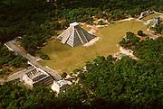 MEXICO, MAYAN, YUCATAN Chichén Itzá; El Castillo, Temple of Warriors