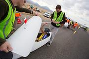 Jan-Marcel van Dijken stapt in de Cygnus Chronos voor de kwalificaties op maandagochtend. Het Human Power Team Delft en Amsterdam (HPT), dat bestaat uit studenten van de TU Delft en de VU Amsterdam, is in Amerika om te proberen het record snelfietsen te verbreken. In Battle Mountain (Nevada) wordt ieder jaar de World Human Powered Speed Challenge gehouden. Tijdens deze wedstrijd wordt geprobeerd zo hard mogelijk te fietsen op pure menskracht. Het huidige record staat sinds 2015 op naam van de Canadees Todd Reichert die 139,45 km/h reed. De deelnemers bestaan zowel uit teams van universiteiten als uit hobbyisten. Met de gestroomlijnde fietsen willen ze laten zien wat mogelijk is met menskracht. De speciale ligfietsen kunnen gezien worden als de Formule 1 van het fietsen. De kennis die wordt opgedaan wordt ook gebruikt om duurzaam vervoer verder te ontwikkelen.<br /> <br /> The Human Power Team Delft and Amsterdam, a team by students of the TU Delft and the VU Amsterdam, is in America to set a new world record speed cycling.In Battle Mountain (Nevada) each year the World Human Powered Speed Challenge is held. During this race they try to ride on pure manpower as hard as possible. Since 2015 the Canadian Todd Reichert is record holder with a speed of 136,45 km/h. The participants consist of both teams from universities and from hobbyists. With the sleek bikes they want to show what is possible with human power. The special recumbent bicycles can be seen as the Formula 1 of the bicycle. The knowledge gained is also used to develop sustainable transport.