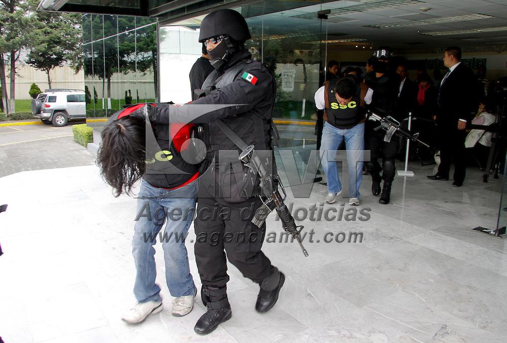 """Touca, México.- La SSC informo sobre la detención de 6 personas pertenecientes al  grupo criminal de la Familia Michoacana, entre ellos se encuentra el lugarteniente de """"El Pantera"""", también les fueron asegurados 150 dosis de cocaína. Agencia MVT / Crisanta Espinosa"""