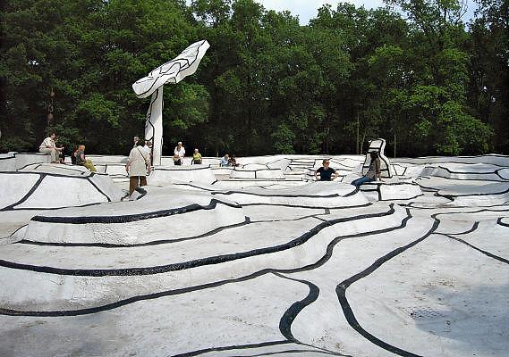 Nederland, Otterlo, 19-6-2006..In de beeldentuin van museum Kroller Muller...Foto: Flip Franssen/Hollandse Hoogte