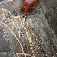 Toluca, México.- Comenzando el año, trabajadores del ayuntamiento realizaron la limpieza de pintas y grafitis en la plaza González Arratia. Agencia MVT / Arturo Hernández S.