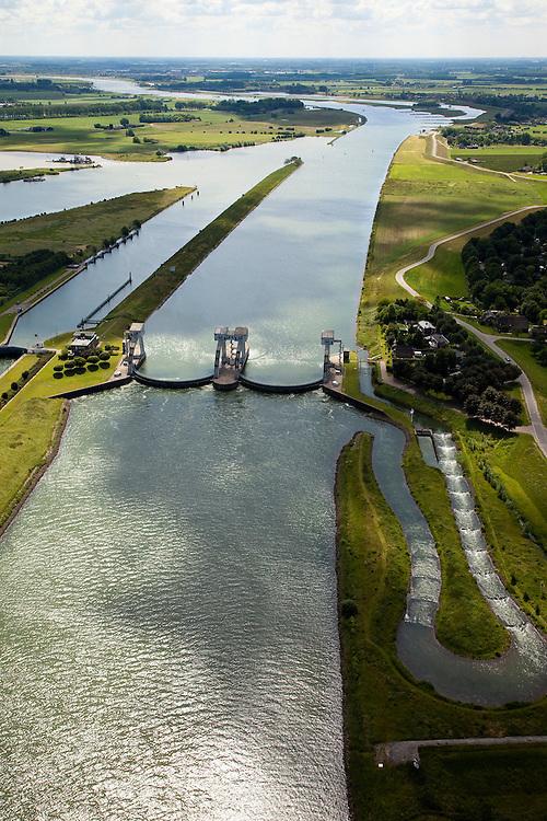 Nederland, Zuid-Holland, Hagestein, 12-06-2009; stuw in de rivier de Lek, dient om het waterpeil in de rivier te reguleren en het scheepvaartverkeer mogelijk te maken. Als gevolg van de geringe wateraanvoer is de vizierschuif gesloten, vissen kunnen gebruik maken van de de vistrap (of vispassage) - rechts.Weir in the river Lek, regulates and manages the water level. The Lek is a rain river, with especially in the winter large amounts of water (melt water), in the summer there is a shortage of water, the weir ensures sufficiently high water level for shipping. Next to the dam fish ladder and shipping lock. .Swart collectie, luchtfoto (25 procent toeslag); Swart Collection, aerial photo (additional fee required); .foto Siebe Swart / photo Siebe Swart