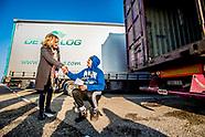 Minister Cora van Nieuwenhuizen deelt folders uit aan vrachtwagenchauffeurs om ze te informeren over