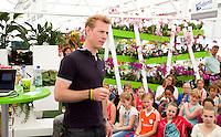 Den Haag - Jochem Uitenhaghe geeft uitleg over voeding. bij Westland stand. Stockey World tour. scholieren  van scholen in de buurt van Den Haag doen de Stockey tour in het hockeypark.  FOTO KOEN SUYK