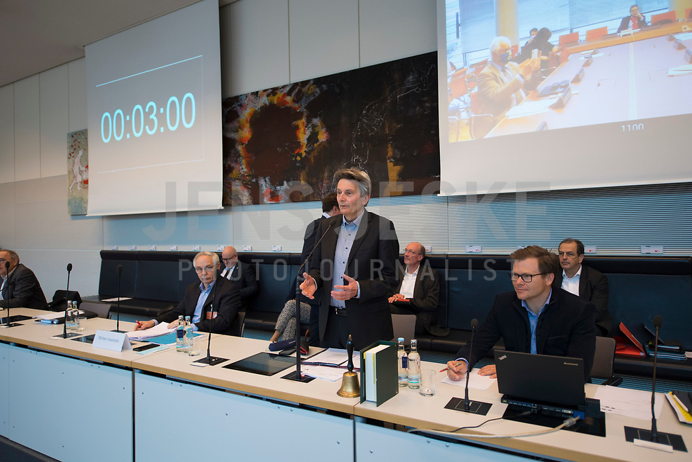 DEU, Deutschland, Germany, Berlin, 05.05.2020: SPD-Fraktionschef Dr. Rolf Mützenich begrüßt die Teilnehmer der Fraktionssitzung der SPD im Deutschen Bundestag. Aufgrund der Coronakrise sind nicht alle Abgeordneten vor Ort sondern sind auch per Videokonferenz dazugeschaltet.