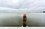 Nederland, Kornwerderzand, 4-6-2018 Een zeilschip is juist vanuit de waddenzee door de lorentzsluis gekomen en vaart op het IJsselmeer . Zicht vanaf het Waddencenter .Foto: Flip Franssen
