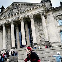Duitsland.Berlin. 14 mei 2005. .Berlijn (Duits: Berlin) is de hoofdstad van Duitsland en als stadstaat een deelstaat van dat land. Het is een metropool en de grootste stad van het land, met 3.415.742 inwoners. Het is tevens de op één na grootste stad in de Europese Unie..Berlijn geldt in Europa als één van de grootste culturele, politieke en wetenschappelijke centra. De stad is ook bekend vanwege het hoog-ontwikkelde culturele leven (festivals, nachtleven, musea, kunsttentoonstellingen enz.) en de liberale levensstijl, moderne zeitgeist en de lage kosten. Bovendien is Berlijn één van de groenste steden van Europa: 18% van Berlijn bestaat uit natuur en parken en 7% uit meren, rivieren en kanalen..De stad ligt in het noordoosten van het land, aan de rivier de Spree en wordt omsloten door de deelstaat Brandenburg, waarvan ze sinds 1920 geen deel meer uitmaakt..Op de foto  Reichstagsgebäude is het huidige Duitse parlementsgebouw in de hoofdstad Berlijn. De naam wordt ook wel afgekort tot Rijksdag (Duits: Reichstag). Tot 1933 zetelde hier een voorganger van het huidige parlement (Bondsdag), de Rijksdag. Het gebouw was in 1894 voltooid. Het gebouw heeft de teloorgang van zowel het keizerrijk aan het einde van de 19e en het begin van de 20e eeuw meegemaakt, evenals de Weimarrepubliek en het Derde Rijk. The current German parliament building Reichstagsgebäude in the capital Berlin.  sometimes called Reichstag in short.