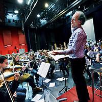 Nederland, Amstelveen , 18 januari 2012..Repetitie in het Griffioen van het VU orkest n.a.v. hun 50 jarig bestaan met dirigent Daan Admiraal, die al 37 jaar lang dirigent is van het orkest..Foto:Jean-Pierre Jans