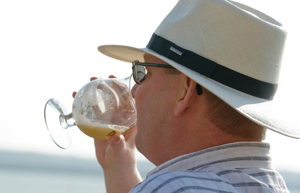 Nederland, Hoek van Holland, 2 april 2009.Man met hoed en glas bier op terras..Foto (c) Michiel Wijnbergh..