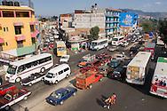 Oaxaca,traffico a lato del mercato cittadino.