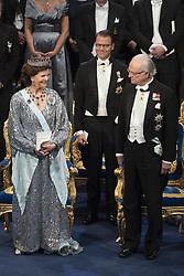 Kˆnigin  Silvia, Prinz Daniel, Kˆnig Carl XVI Gustaf  bei der Nobelpreisverleihung 2016 in der Konzerthalle in Stockholm / 101216 ***The annual Nobel Prize Award Ceremony at The Concert Hall in Stockholm, December 10th, 2016***