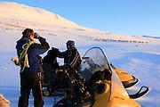 Vårflytting i Essand reinbeitedistrikt. Isak Bransfjell og Simon etter at simleflokken har passert Øyfjellet på veg mot Skarpdalen.