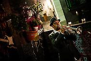 """Fanfarria Taquikardia kalean jotzen eta giroa sortzen. Ondarru (Euskal Herri) 2013ko Urriaren 11a. Marabilli sormen festibala"""" Aitzol Aramaio zenaren indarrarekin jaiotako egitasmo bat da eta helburua da hainbat artista Ondarroan biltzea, idazleak, musikariak, zinegileak, antzerkilariak, artista plastikoak, diseinatzaileak... (Gari Garaialde / Bostok Photo)"""