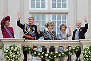 """De """"balkonscène"""" van de koninklijke familie op Paleis Nooreinde o, Prinsjesdag 2012. /// Royal family at palace Noordeinde on """"Prinsjesdag""""in The Hague<br /> <br /> Op de foto / On the photo: Prinses Maxima, prins Willem-Alexander, koningin Beatrix, prinses Margriet en prof. Pieter van Vollenhoven"""