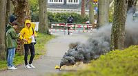 BLOEMENDAAL - Supporters van Den Bosch op de openbare weg, tijdens de  tweede wedstrijd van de halve finales play-offs mannen, hoofdklasse hockey, Bloemendaal-HC Den Bosch (3-0) . Bloemendaal plaatst zich voor de finale.  . COPYRIGHT  KOEN SUYK